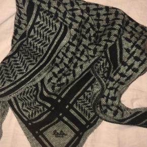 Sælger mit lala Berlin tørklæde. Det en str xs. Der er et lille hul som er blevet syet, men det er ikke noget man ligger mærke til på forsiden af tørklædet:)