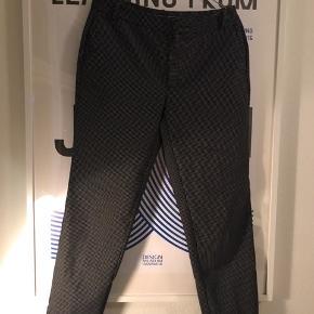 Lækre slacks fra Zara. Kun brugt få gange, og fremstår som ny!  Se også mine andre annoncer 🧡🍊🍂
