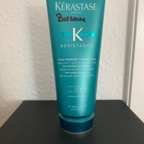 """Kérastase Resistance Soin Premier Thérapiste 200 ml. Sælges. Den er brugt en gang der er taget på en størrelse med en valnød. Den er købt hos min frisør i maj 2020 for kr. 285,-.  Beskrivelse: Kérastase Soin Premier Thérapiste bruges før hårvask. Det revolutionerende produkt er skabt med inspiration fra teknikken """"reverse care"""". Begrebet """"reverse care"""" står for en omvendt hårvask hvor du først gør brug af en conditioner, før du vasker håret i shampoo. Den innovative teknologi i Soin Premier Thérapiste binder dit hår ind i en beskyttende gaze, der skåner og samtidig plejer dit hår. Produktet anvendes inden almindelig hårvask. Se evt. Også mine andre annoncer.  Hvis du ikke har mulighed for at hente den, sender jeg gerne forsikret med track and trace for kr. 38,-"""