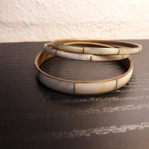 3 armbånd med perlemors effekt,  sælges samlet for 15kr