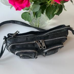 Flot washed-black taske fra Núnoo med modelnavn: Stine💕 En lækker hverdagstaske, der kan rumme pung, mobil, nøgler og læbestift.😻  Tasken kan bæres crossbody, hvilket gør den dejlig nem til at tage med på farten✨