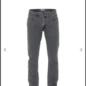 Acne jeans model Max Grey stone et flot buks med et bevidst påvirket slidt look. I rigtig fin condition. Str. 30/32