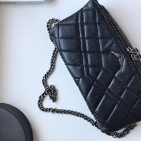 Sælger min elskede zadig&voltaire taske, da jeg har købt en ny taske, så den desværre bare har lagt i skabet nogle måneder. Tasken er brugt, men i en god stand. Der er selvfølgelig lidt Der medfølger kvittering og dustbag, som også ses på billedet. Lyslåsen fejler intet. Alt i alt er tasken i en super fin stand.   Er åben for bud!