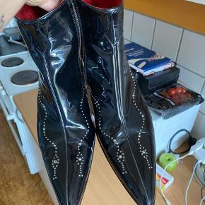 Sælger mine Jeffery west sko Købt i april for 2100 på zalando Kun brugt få gange Fitter 44-45 Cond 8-9 kun under sålen man kan se de er brugt  Sender med dao 40kr Meetup eller mobilepay BYD gerne