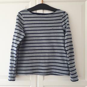 Bluse fra GANT i str. S.  Striberne er grå og mørkeblå. Måler ca. 48 cm fra ærmegab til ærmegab. Og ca. 56 cm målt fra skulder og ned.  Hentes i Roskilde eller sender med DAO mod betaling af fragt.
