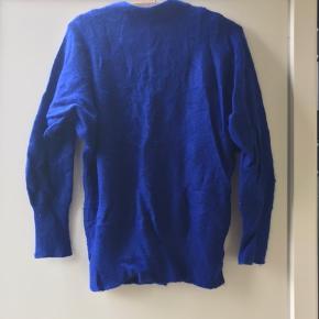 Minimum. Blå trøje i angorauld, 36.  Trøjen fnulrer i strikken rundt omkring. Det kan dog fjernes. Se billederne. Ellers i fin stand.  Kan hentes i Blovstrød på Nordsjælland, hvis du vil spare portoen :)