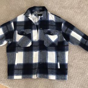 Er stor i størrelsen, og kan derfor bruges af en str s-l. Det er nok nærmere en tyk skjorte end en jakke.