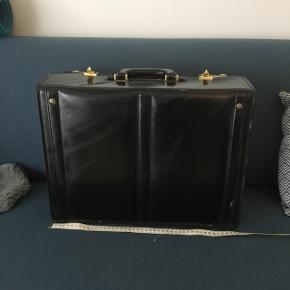 Fin læder kuffert som egner sig perfekt til bærbar. Bøger mm.Der er indbygget penalhus  45 længde  34 højde 19 dybde