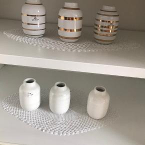 Små Kæhler vaser.   3 stk med guldbånd: 150 kr i alt  3 stk med hvis perlemor: 240 kr. I alt.   Sender gerne med post. Tradonohandel, (DAO)