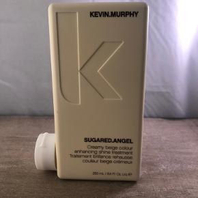 Ny og uåbnet  Kevin Murphy SUGARED.ANGEL 250 ml  BESKRIVELSE Kevin Murphy SUGARED.ANGEL er en effektfarve som efterlader håret med et smukt beige/vanilje look. Denne fantastiske treatment indeholder farvede pigmenter, som gør det muligt at eksperimentere med forskellige nuancer, da farven kun holder nogle hårvaske. Denne effektfarve er til dig med et blondt eller lysnet hår, som ønsker at få en lækker cremet beige farve. Med sit høje indhold af antioxidanter som grøn the, olivenblade og vindruekerner, efterlader den håret fugtet og genopbygget. Alle Kevin Murphy produkter er uden parabener og sulfater.  Fordele: Effektfarve Efterlader håret med en lækker cremet beige farve Velegnet til blond og lysnet hår Forlænger farvens holdbarhed Indeholder antioxidanter af grøn the, olivenblade og vindruekerner Uden parabener og sulfater  Anvendelse: Fordel i det nyvaskede og fugtige hår Lad virke i 3-5 minutter og skyl ud