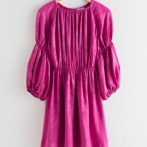 & other stories kjole i lilla / pink str. 32 men meget stor i størrelse. Passer en normal 34 / xs. Brugt en gang som på billede 🌷