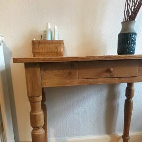 Super fint skrivebord i egetræ. Har slid-spor og patina. Sælges, fordi jeg desværre ikke har plads til det længere.