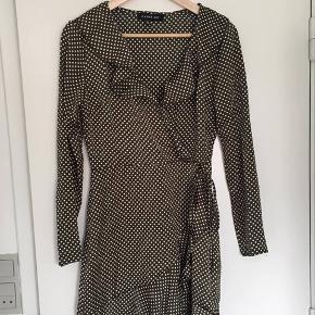 Mega fin olivengrøn kjole. Den er lille i størrelsen, så jeg synes mere det er en 34-36 i størrelsen.
