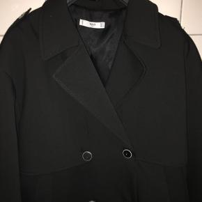 Brand: MNG Suit Varetype: Jakke Farve: Sort Oprindelig købspris: 599 kr. Prisen angivet er inklusiv forsendelse.  MNG Suit jakke. Str. XL. Sort. Løs model. Mange knapper. Aldrig brugt. Kun 300 kr.