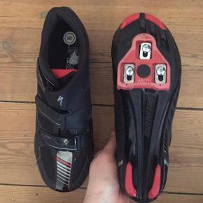 Cykelsko  Cykelsko fra Specialized  Specialized Sport Road Black/Red  Brugt kun få gange og er derfor som nye.  Str.39  Afhentning i Århus C (tæt på Magasin)