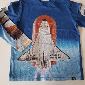 Blå t--shirt. God men brugt - i fin stand. Str 152. Nypris 350kr.  Køber betaler evt porto. Dao 37 kr.