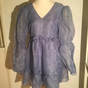Helt ny lyseblå kjole fra na-kd - størrelse 40 men lidt lille i størrelsen. Lynlås bag i og med v udskæring både foran og bagpå.