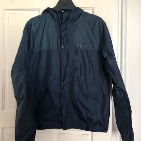 The North face jakke i blå nuancer sælges i str. M. Jakken er brugt få gange. Nypris var 850