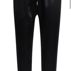 Nye bukser med prismærke.  Satin joggers i sort  Np 300kr