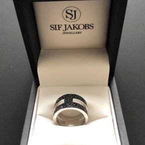Dobbelt ring med sorte Zirkoner - str 56 (17.7 mm = str. 56) Har aldrig været brugt  Sif Jakobs Jewellery er udarbejdet i det fineste sterling sølv 925   Alle smykker er håndbearbejdede og bliver grundigt efterset for at sikre at høje standard overholdes