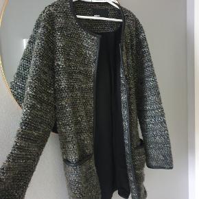 Fed jakke fra Minimum med trykknapper. Str XS