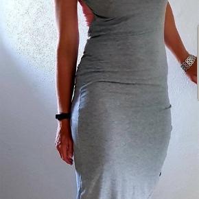 Super fed kjole med rynk i den ene side og dyb ryg. Str s Stand Nsn.   Mine priser er faste+ evt fragt