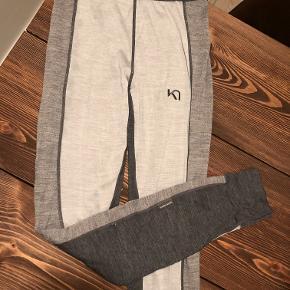 Lækre termo tights fra Kari Traa. De kan både anvendes som ski-undertøj (primært formål), men også som varmere tights til løb eller anden udendørssport. Dejlig kvalitet!  De er somewhat elastiske, så en lille M kan også være i dem.  Forholdsvis højtaljede   Flere billeder kan sendes ved forespørgsel :)