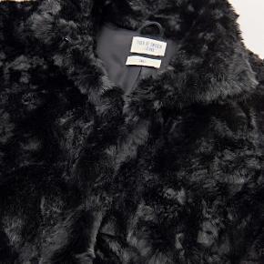 Minimal faux fur jakke fra mærket: Tiger of Sweden. Klassisk damejakke i faux fur. Produktet virker meget autentisk og føltes meget blød og behagelig. Produktet har et løst fit.  Kvalitet: 50% Acryl 50% Modacryl