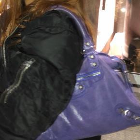 Overvejer at sælge min Balenciaga taske hvis rette bud kommer. Tasken er købt brugt derfor tegn på slid, men spørg gerne for flere billeder <3