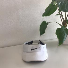 Tenniskasket fra Nike, kun brugt til Aalborg karneval. 🌞  Dog er kasketten rimelig mærket af støv og sand fra karnevalet og deraf prisen.