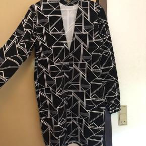 Mønstret Envii-kjole ⚫️⚪️ I god stand trods løs elastik til øverste knap (se billede) ✨ Størrelse: M 📏 Original pris: 500 kr. 💰 Nu: 85 kr. 👌🏻 . #karolinesklædeskab