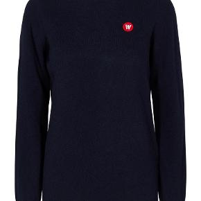 Varetype: Kvinder uld trøje Farve: Navy Oprindelig købspris: 1000 kr. Prisen angivet er inklusiv forsendelse.  Lækker uld trøje fra danske Wood Wood. Ubrugt med tags.  Model / style : AVA CREWNECK NAVY.  I forretningerne til 1000 kr ( trøjen er ikke på udsalg )  Lækker kvalitet : Oeke - tex standard 100 certificeret italiensk lammeuld.  80 % Lambswool. 20 % Polyamide.  Sendes med DAO.  MOBILEPAY foretrækkes.  PRISEN ER FAST OG FORHANDLES IKKE. NEJ TAK TIL BYTTEHANDLER.