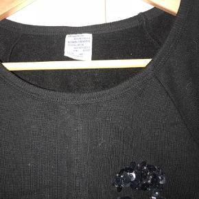 Varetype: Bluse Farve: Sort  Super fin bluse med pailletter næsten ikke brugt og kun vasket 1 gang.   Mp. 600,- ekskl. Porto og evt. Gebyr.