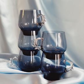 K O P P E R 💙  5 søde kopper i blot glas, med den smukkeste hanke 👌🏻 5 stk. 〰️ 4 intakte og den 5. Med lille skår den får du med gratis.   Sender gerne 💌