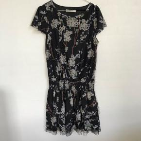 Super lækker kjole fra Gestuz, i str M den er aldrig brugt da den er for stor. Skriv for flere billeder