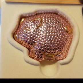 Country Chic Compact collection Precious Pig.  Samle objekt fra Estée Lauder.  Compact transparent pudder i guldfarvet metal dekoreret med lyserøde swarowski sten.   Aldrig brugt.  Originale æsker medfølger.