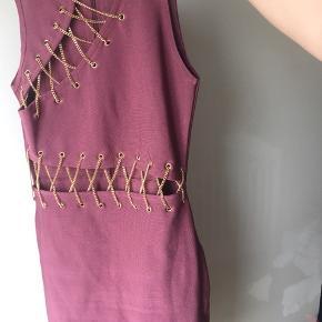 Super fed bodycoon kjole med gulddetaljer.  Lille slids bagpå. Aldrig brugt