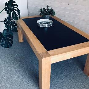 Dette flotte sofabord sælges for kun 750 kr. Bordet er lavet af det danske møbelfirma Kristensen og Kristensen, massiv egetræ med sort skiferplade, nem af holde, mål: 80 x 140 cm. Nypris ca 6000 kr. Sat til salg flere steder.