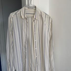 Sælger min fine skjorte fra Acne Studios. Uden tegn på slid og kun vasket ved håndvask.  Husker ikke præcis nyprisen - men du er velkommen til at byde 😊