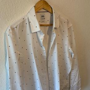 Sælger denne ZARA skjorte   Str L   Den står som helt ubrugt   Har den i large og X-large