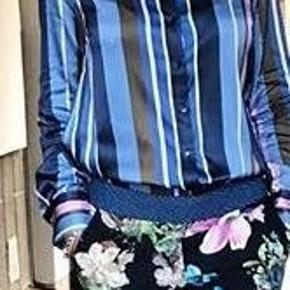 Skjorte, Gustav, str. 36, Stribet, Næsten som ny  Super smuk stribet skjorte fra Gustav i de fineste farver. Skjorten er gennemknappet, med rund hals og lange ærmer. Dertil er den super blød og stretchy i kvaliteten.  Farve: printet blå  Materiale: 96% viscose, 4% elastan  Brugt 1 gang i få timer.
