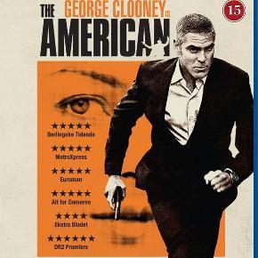 2036 - American, The (George Clooney) (Blu-ray) Dansk Tekst - I FOLIE    The American Jack (George Clooney) er lejemorder, konstant på farten og altid alene. Han har netop overstået en opgave i Sverige, som endte mere voldsomt end forventet, og nu er Jack taget til en lille italiensk landsby for at gemme sig og komme ovenpå igen. Her accepterer han en opgave, hvor han skal konstruere et våben for den mystiske Mathilde (Thekla Reuten). I byen bliver Jack venner med den lokale præst Fader Benedetto (Paolo Bonacelli) og indleder en hed affære med den smukke Clara (Violante Placido). Jack nyder livet fri for de sædvanlige farer i hans liv, men ved at forlade det ensomme nomadeliv og træde ud af skyggerne, er Jack måske på vej til at udfordre skæbnen. Tekst fra pressemateriale