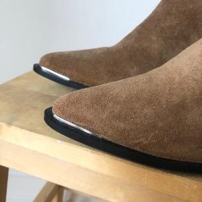 Støvler fra Samsøe & Samsøe  Minder om Acne Jensen  Nypris: 1400 kr. Sælges for 600 kr.  Ingen bytte.  Kan afhentes på Nørrebro eller sendes på købes regning.