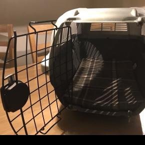 Lille transport kasse til lille hund eller kat ca mål H:35 D:55 B:35.