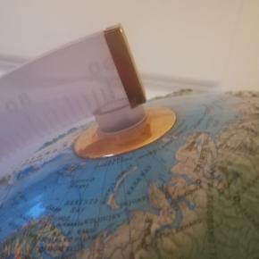 Gammel flot Relief 3D Globus med forhøjninger hvor der er bjerge med Dansk tekst. Plast fod med træ look. Højde Ca. 40 cm. Bredde Ca. 30 cm. Kan afhentes i Århus N. /Trøjborg