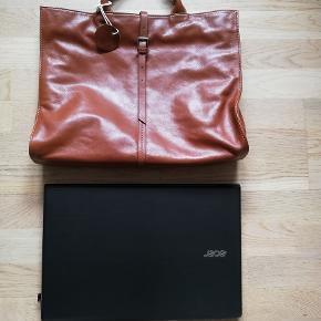 Det kan være skuldertaske elle håndtaske. Tasken i ægte skind,og  aldrig brugt. Højde: 30 cm  Længde: 40 cm  Vidde: 10 cm