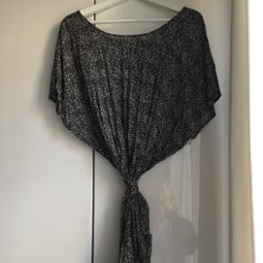 Sød kjole fra Won Hundred (W100)  Kun brugt en enkelt gang og ellers bare hængt i skabet.  Med bindebånd i taljen.  Nypris: 1000kr
