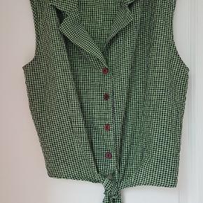 GINA LAURA (tysk mærke)  50'er retro artig bluse med bindebånd og knapper. Står ikke størrelse men er en str L ca 40 til 40/42