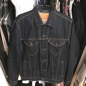 Lækker Denim jakke / overskjorte fra Levi's. Jakken har været anvendt under ti gange, og fremstår derfor næsten som ny.
