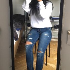 Fede ribbed stramme jeans fra ZARA. Med slim fit, en normal taljelængde og blødt denim (elestan). Købt i New York, kun brugt 2-3 gange. Send gerne en besked, hvis du er interesseret eller vil have fler' billeder. Fortsat god dag☺️☀️  Røgfrit hjem✅  OBS: Jeg har meget mere til salg i samme dur på min side. Tag et kig. Hvis der er mere du kan lide, så kan det komme med i samme parcel, så du kun behøver at betale fragt én gang. - jeg mødes også gerne, hvis det er✨